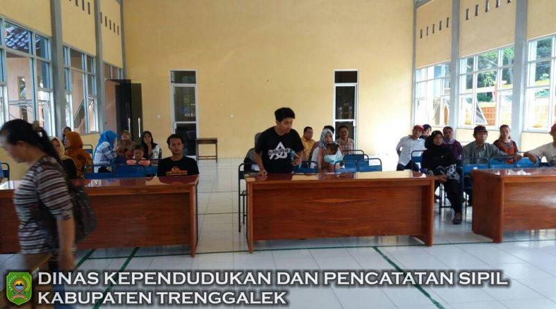 PELAYANAN ADMINDUK KELILING DUKCAPIL TRENGGALEK KECAMATAN KAMPAK TANGGAL 27-04-2017
